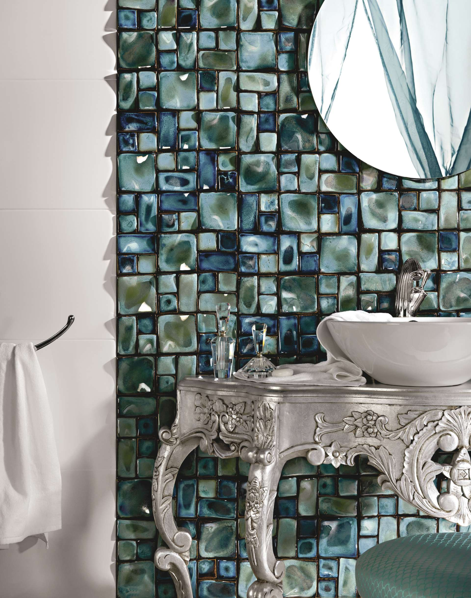 Декор с цветами на плитке в ванной фото